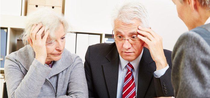 Zwei besorgte Senioren bei Beratung haben Angst vor Altersarmut